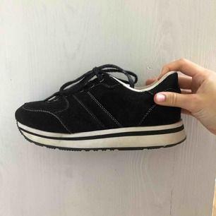 """Säljer dessa lite """"upphöjda"""" tygskor från Zara, svarta med vita detaljer. I bra skick då de är använda endast ett par gånger, men dammiga på bilden! Finns i Malmö, annars står köpare för frakt."""