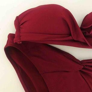 Vinröd bikini från H&M i strl 34, säljes pga passar inte mig. Använd max 2 gånger och den är tvättad så den är som ny!