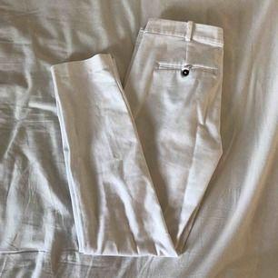 vita kostymbyxor från Zara i storleken 34. endast hål i fickorna men det är lätt att laga. köparen står för frakten. fler bilder kan fixas om så önskas