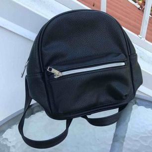 Jättegullig litet ryggsäck som bara har använts en gång. Köpt i Spanien så vet inte vart den kommer ifrån