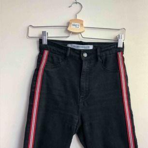 Fett sköna jeans från Zara! Extremt stretchiga och högmidjade med revär i rött/vitt/svart på sidorna och hål på båda knäna👍🏼👍🏼  frakt tillkommer