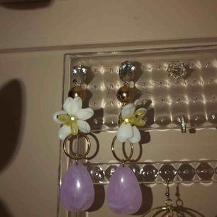 Coola örhängen med blommor och kristal sitter mycket bra