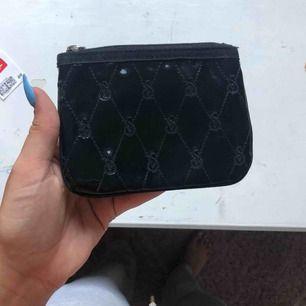 Liten svart plånbok från Victoria secret perfekt får plats med både kort och kontanter inga fack kan även användas som en liten necessär