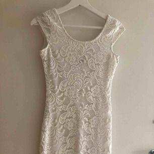 Vit klänning i spets från H&M   Ca 2 år gammal men enbart använd ett fåtal gånger 😊
