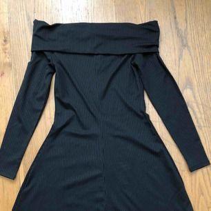Svart fin klänning som endast är använd vid två tillfällen, fint skick.  Frakt tillkommer.
