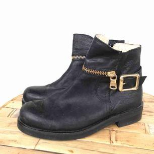 Boots från The Urban Project x SCORETT. Använd max ett par gånger. Strl 37. Nypris: ca 1500 kr. Pris: 500 kr ELLER BUD!