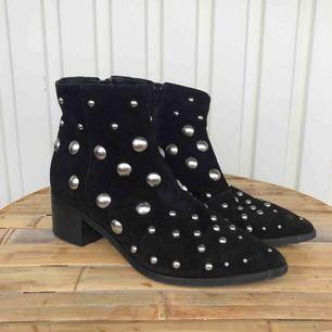 Snygga boots med runda nitar från K.Cobler x SCORETT. Använda max 2-3 gånger. Strl 37. Pris: 500 kr eller BUD!