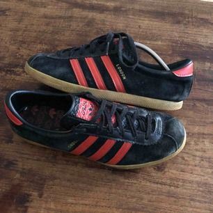 Adidas City Series London från 2010 Trevligt använt skick. Black suede red stripes. EU: 39 1/3 US: 6.5 UK: 6