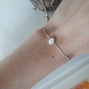 Urfint minimalistiskt armband från SNÖ<3 Silverknopp med kristaller runtom. I nyskick! Frakt: 9:- FRAKTAR ENDAST