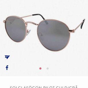 säljer nu mina favo solglasögon då jag känner att jag tröttnat lite på dom, skit coola och snygga såhär på sommaren. Köparen står för frakt som ligger på 9kr☺️