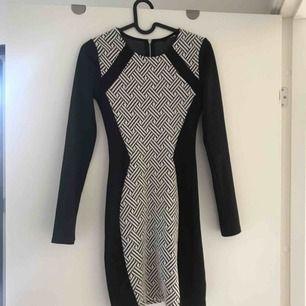En fin, svartvit klänning från hm, köpt för ett tag sen. Använd några gånger men är i bra skick, och lappen är avklippt. Säljer för att den inte kommer till användning längre. Frakt tillkommer eller så kan jag mötas i Stockholm :)