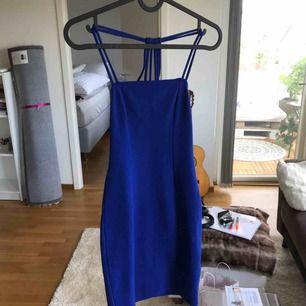 En jättefin blå, tajt klänning som jag tyvärr inte använder så mycket. lappen är avklippt. Går ungefär till en decimeter över knäna och jage 170 lång. Frakt tillkommer eller så kan jag mötas i Stockholm :)