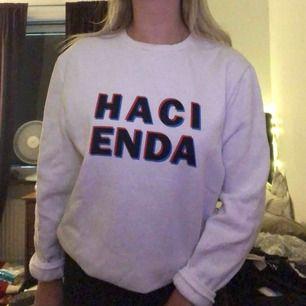 Snygg fin sweatshirt med 3D färgad text, inga slitningar eller fläckar, frakt tillkommer
