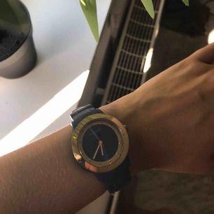 Blå pilgrim klocka, köpt för 400kr. Jätte fin både till lite festligare tillfällen och till mer vardagliga. Köparen står för frakten☺️🥰 hör av er för fler bilder