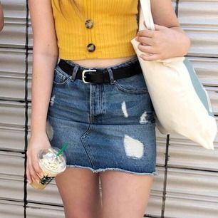 Säljer denna fina jeanskjol, inköpt förra sommaren och är i toppenskick. Måste tyvärr sälja pga för liten. Fina slitningar och fin passform❣️ Kolla gärna andra annnonser
