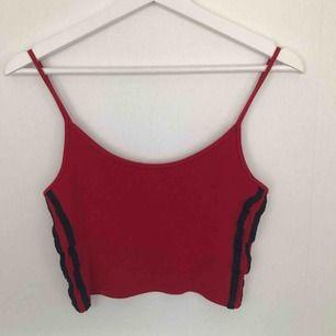 rött linne med två svarta linjer på verdera sida från Brandy Melville. Passar mig som har S-M, vääldigt stretchig. 65 + frakt ✨