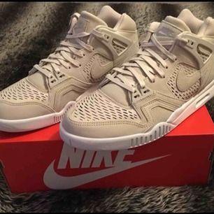 Nike Air Tech strl 44. Dom är oanvända och hämtas i Tyresö eller så kan dom skickas mot att köparen betalar frakten.  Betala med swish.