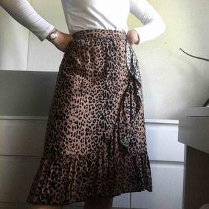 Jättefin leopardkjol från Vero Moda. Köpt för 400kr och lappen sitter kvar. Aldrig använd då den är för stor för mig som har S. Pris: 100kr + 70kr frakt💗💗💗