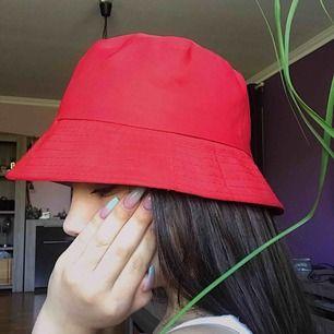 En röd bucket hat. Frakten ingår i priset ✨