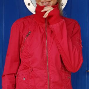 Röd jacka med muddar. En perfekt sommarjacka i fint skick!😊 Jag är 170 lång och brukar ha storlek 36-38