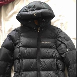 Vinterjacka i storlek XS, den går även att ha jackan lite längre än vad jag hade på bilden (bild 2) då jag har dragit åt den litegrann där nere då jag ville ha den kortare, väldigt fint skick köpt för 4000kr, jackan är lite figursydd