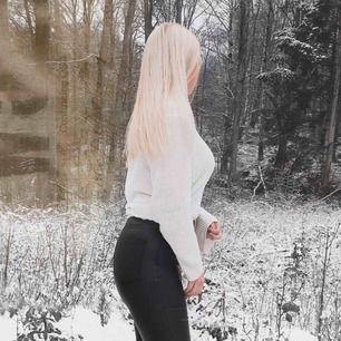 Jätte fin och mysig oversized stickad tröja, finns knytningar på sidorna med vita snören som man justera. ☺️ Perfekt att ta ovanpå ett linne en varm sommarkväll ☀️
