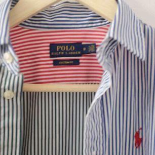 Skjorta från Ralph lauren. Säljer då den är lite för liten vid brösten för mig. Sitter figurnära på en stor S så passar abslout på mindre storlekar. Aldrig använd!
