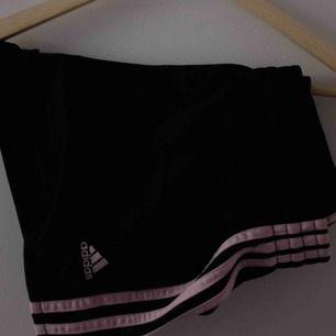 Adidas shorts med rosa detaljer. Går att dra åt i midjan så passar nog lite vem som. Som nya utöver ett litet håll på sidan, syns dock inte.