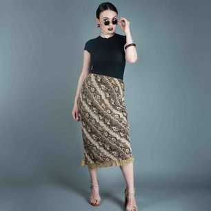 Vintage ca 00s Y2K animal snake skin pattern high waist pull on midi skirt in brown size M SIZE Label: M, fits best as loose S or regular M Model: 163/XS-S (quite loose on her) Measurements (flat): length: 83 cm waist: 32 cm Free shipping