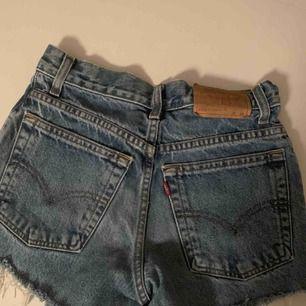 Säljer mina Levis shorts, de är små i storleken men är en XS, säljer de för 200kr, kan frakta men du får betala frakten själv (63kr), annars möts jag upp i Stockholm, betalning sker via swish, hoppas det är något för dig!☺️