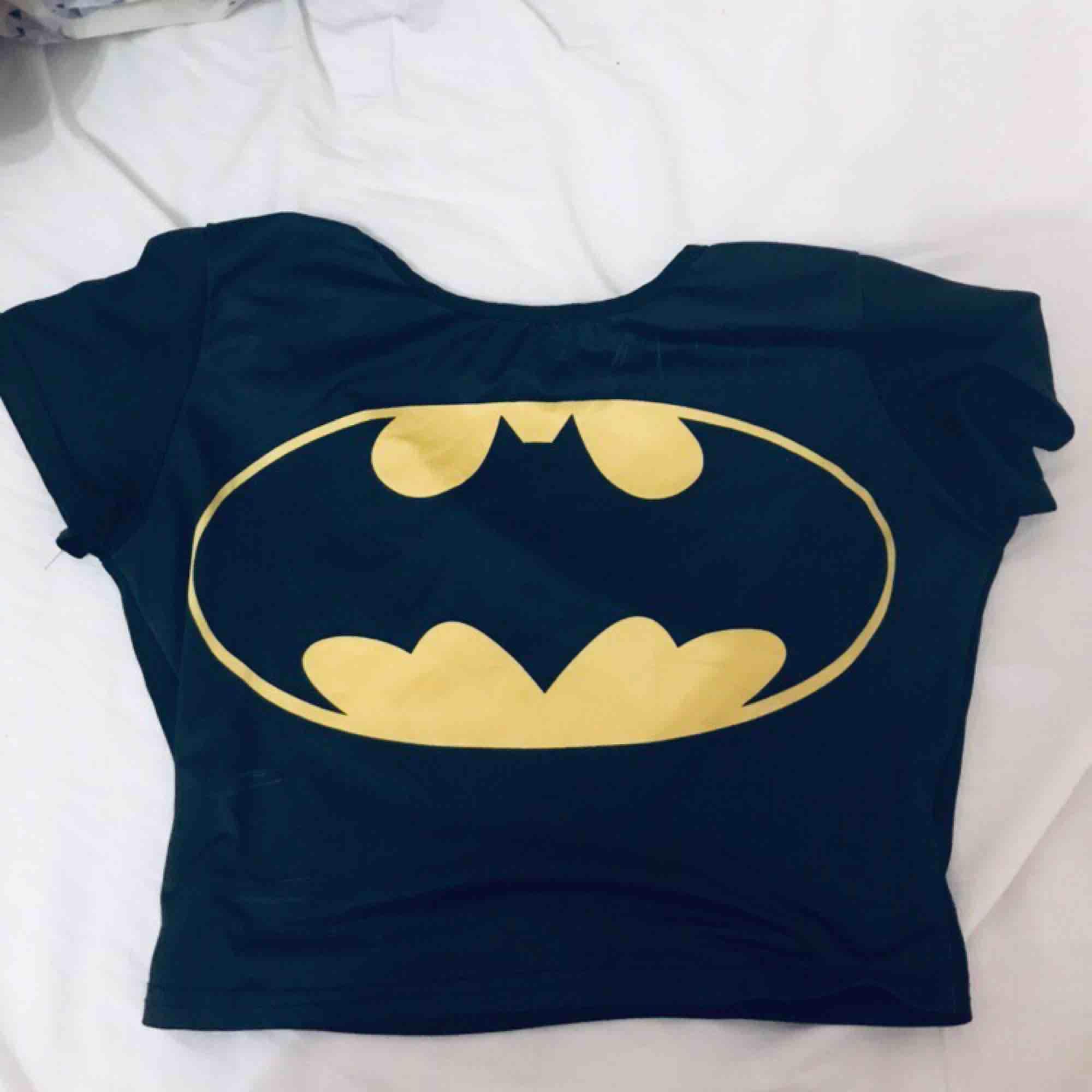 Batmantröja Xs/s Bra skick Från wish så inte bästa materialet men snygg och hållbar. Toppar.