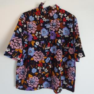 Blommig skjorta, oanvänd! Är märkt som XS men är oversized även på en som bär storlek S. Hänger jättefint!🌻  Sthlm/örebro/skickas