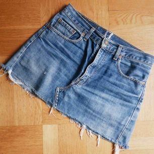 Levi's jeanskjol. Väldigt bra skick! Köpt begagnad med märkning borttagen så ingen storlek på kjolen. Jag uppskattar den dock till en storlek Small!