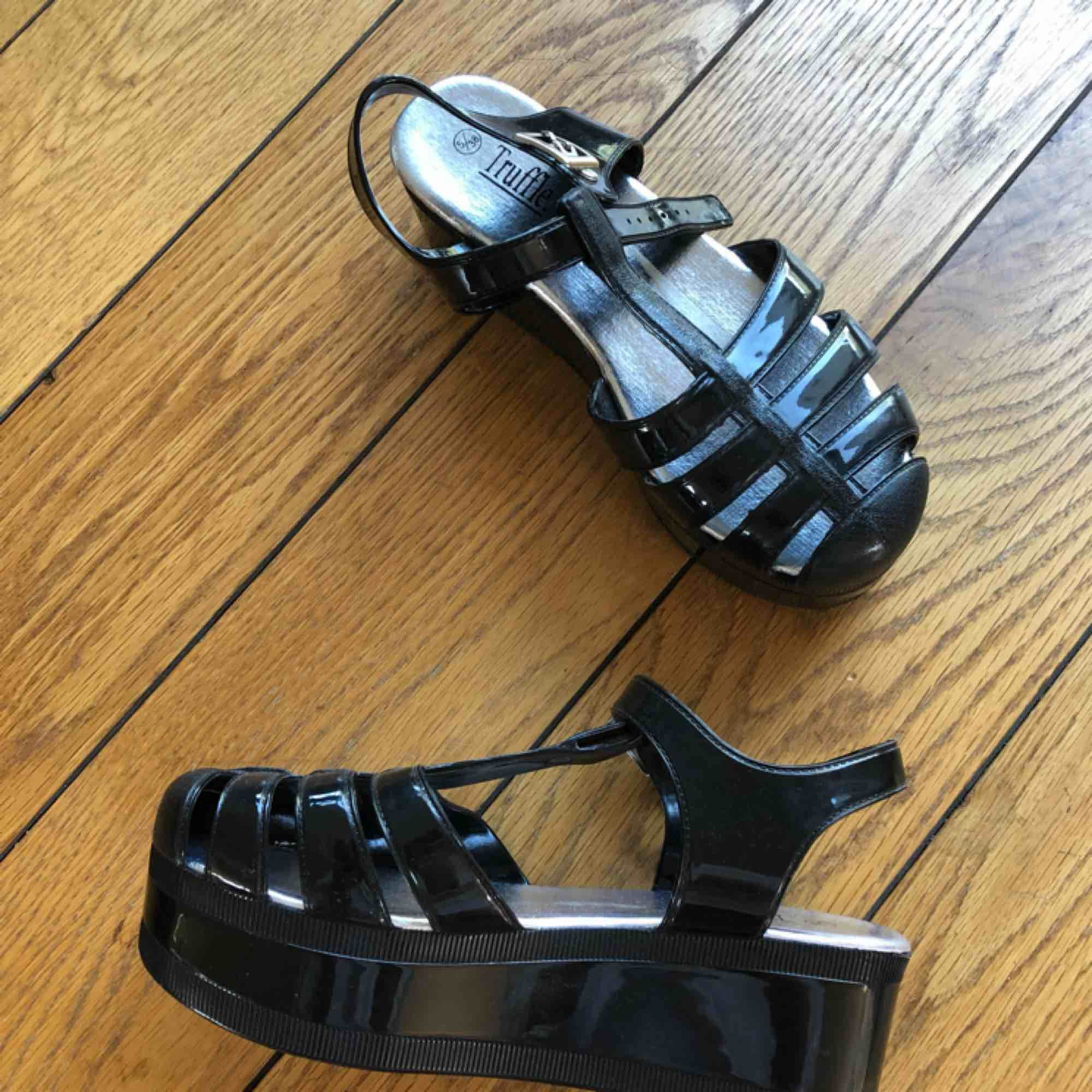 Supersnygga lackade svarta platåskor! Köpta vintage. Säljer för att de nästan aldrig kommit till användning!☺️. Skor.