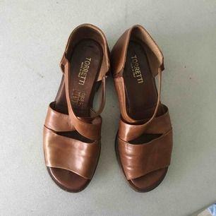 Fina lädersandaler (made in italy) med liten klack.  Storleken är 36, men det är en ganska stor 36 a så funkar för 37 också :)