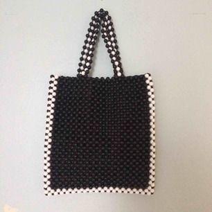 Oanvänd mini tote med pärlor i svart och vitt från Urban Outfitters. Jättesnygg till typ allt! Liknar de från Shrimps ;)  bild 2 och 3 är lånade från nätet. Nypris över 400kr