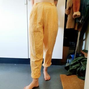 Jättefina retrobyxor i aprikos färg med superhög midja och stora fickor! Jag är stl 36 och brukar ha lite oversized men hade suttit superbra på Stl 38 också🌻    Sthlm/örebro/skickas
