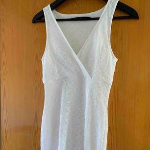 Säljer min tajta vita spetsklänning från Bubbleroom, strl xs, pris 100, kan frakta men du får betala frakten själv (63kr), annars möts jag upp i Stockholm, betalning sker via swish, hoppas det är något för dig!☺️