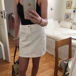 Helt vanlig skitsnygg vit kjol från Cubus. Storlek XS men lite större i midjan så kan även passa S och M. Köparen står för frakt 🖤