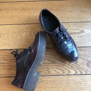 Snygga vinröda skor jag aldrig använder längre! Väldigt bekväma, köpta på monki⭐️  Tar swish men köpare står för frakt💗