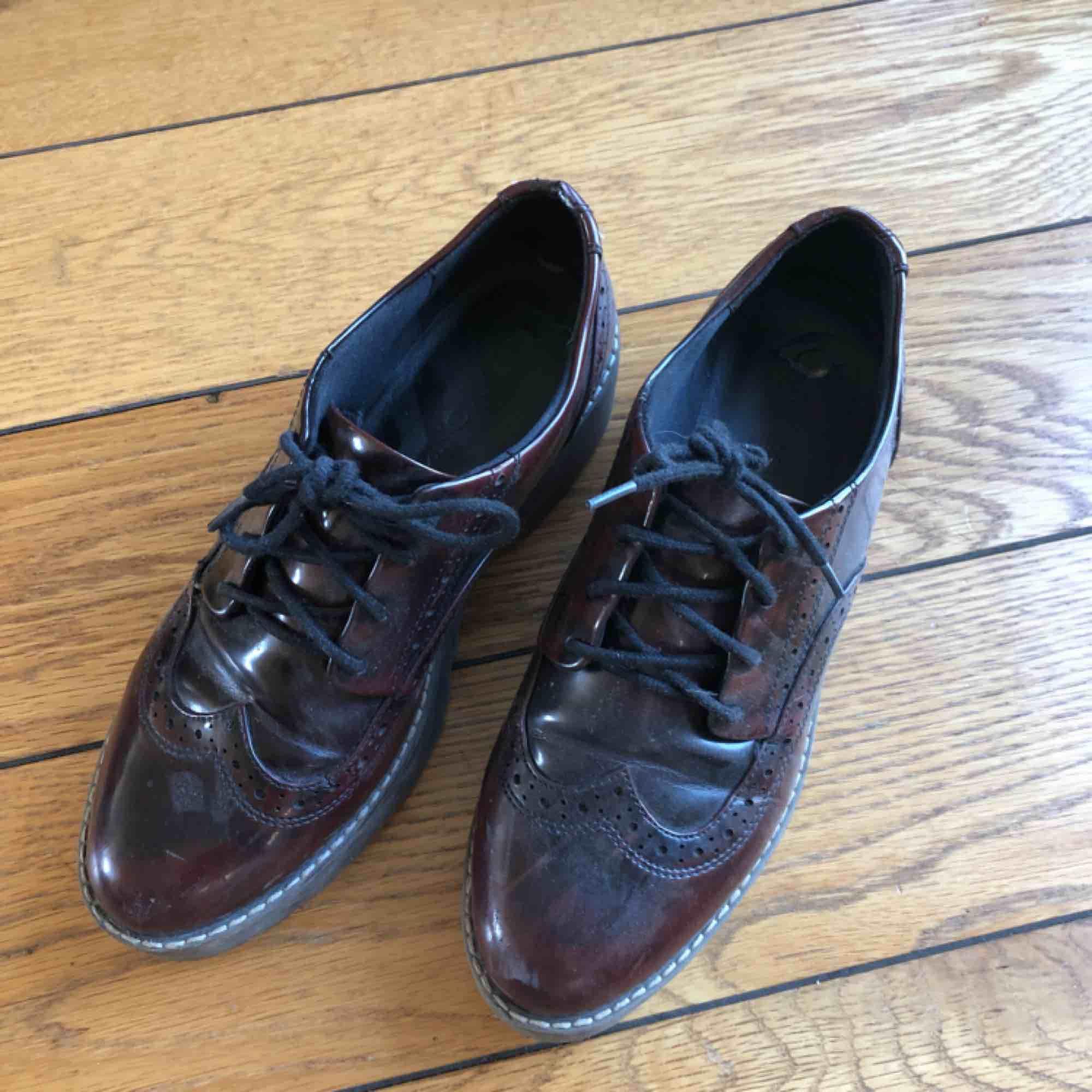 Snygga vinröda skor jag aldrig använder längre! Väldigt bekväma, köpta på monki⭐️  Tar swish men köpare står för frakt💗. Skor.