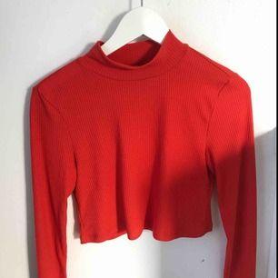 Röd ribbad croptop från Bikbok, säljs pågrund av att den inte kommer till andvändning. Köparen står för frakten!!