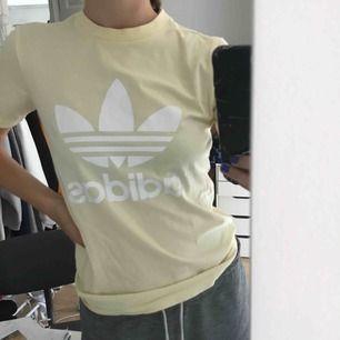 Oanvänd adidas T-shirt , frakt 64