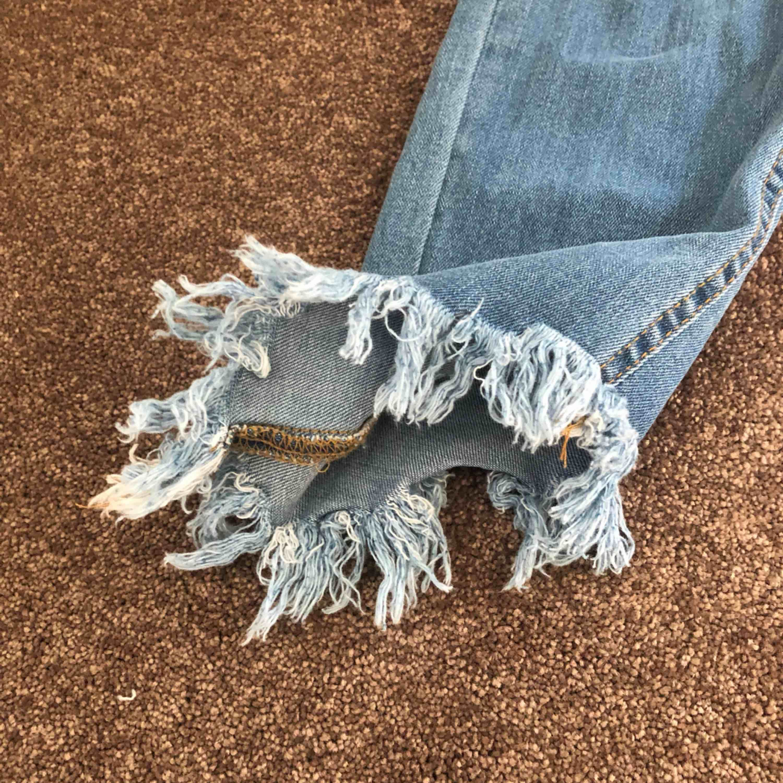 Säljer dessa super fina jeans! Tyvärr inte kommit till användning. Sitter perfekt i midjan och ger en jätte fin form! Köpta för 400kr och aldrig använda!! Säljer även dessa i en ljusare blå så kontakta mig för bilder på dem!. Jeans & Byxor.