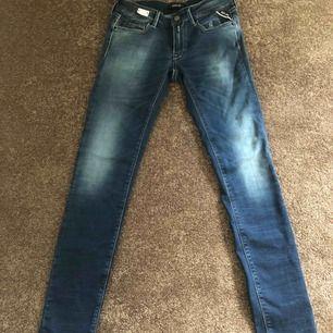 Säljer dessa otroligt fina replay jeans köpta för 1 595kr. Aldrig kommit till användning, endast testade och lapparna sitter kvar. Hyperflex så de är väldigt stretchiga och sitter super bra i rumpan;) får väldigt fina former i dem!