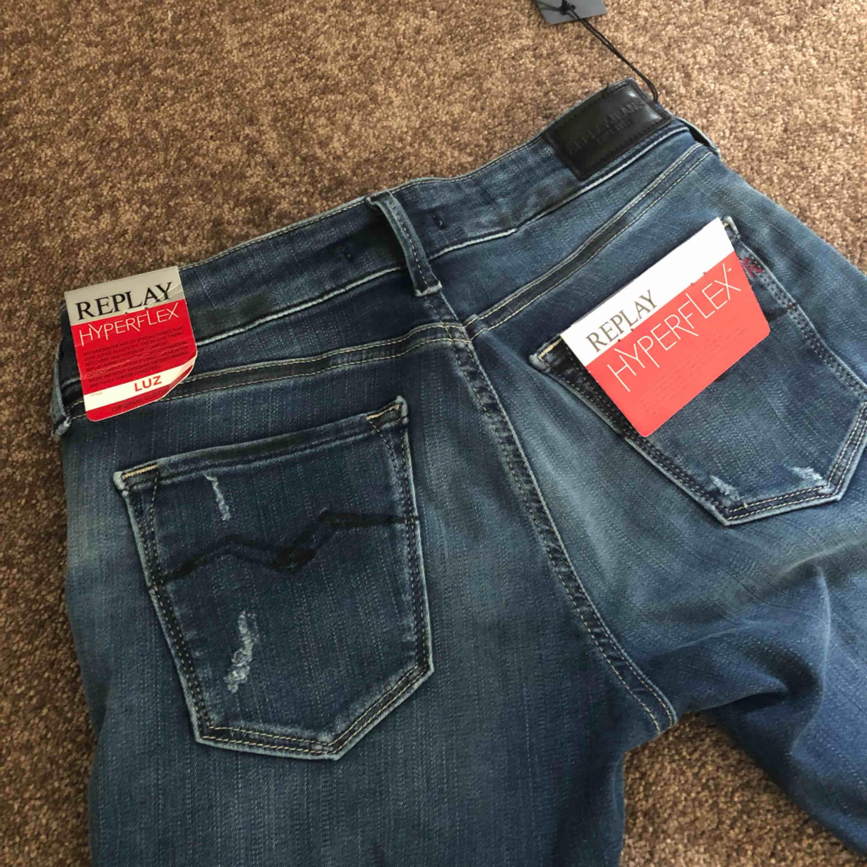 Säljer dessa otroligt fina replay jeans köpta för 1 595kr. Aldrig kommit till användning, endast testade och lapparna sitter kvar. Hyperflex så de är väldigt stretchiga och sitter super bra i rumpan;) får väldigt fina former i dem! . Jeans & Byxor.
