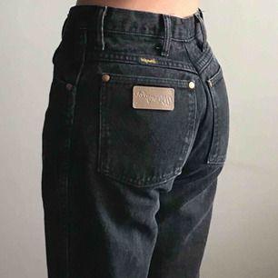 ❗️REA❗️NEDSATTA FRÅN 400kr till 199kr 😳 Så fina 90's vtg svarta Wrangler jeans 👅 De har slitningar i knäna och avklippta längst ned. 90-tals dröm ✨ Frakt på 72kr 💸