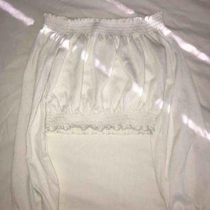 En vit & söt off shoulder tröja i väldigt bra skick använd fåtal gånger