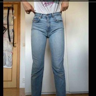 """Måste tyvärr sälja mina älskade mom jeans då de blivit för små. Är i jättebra skick, förutom ett litet hål på ena bakfickan, hålet är bara ett """"lager"""" så fickan funkar och man ser inte igenom byxorna. Har en liten fågel vid framfickan🌸"""