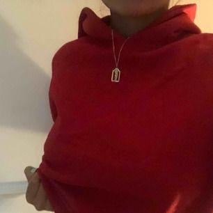 Säljer denna fina röda hoodie utan snören, hoodien är inte översize men den är inte croped heller!